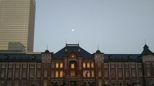 20180428 東京駅舎と月.jpg